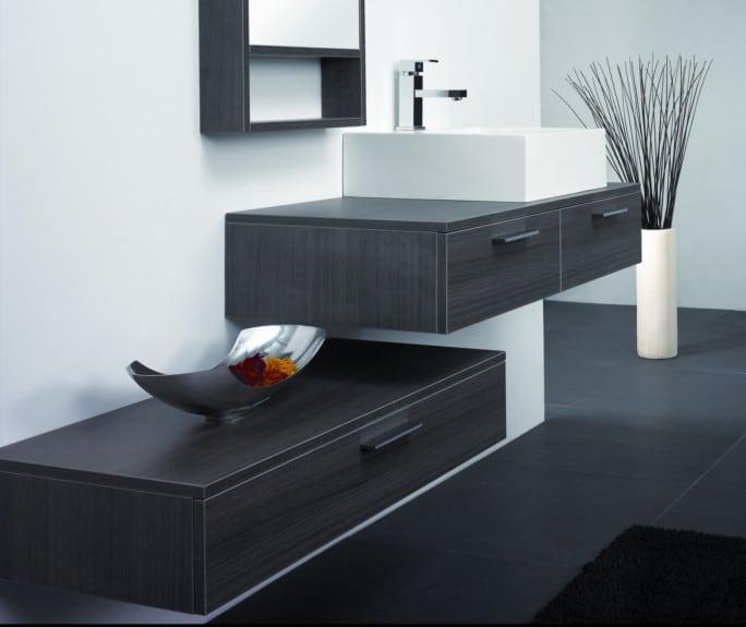 Wall mount vs free standing vanities the bathroom for Exemple de salle de bain moderne