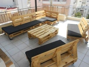 Outdoor-patio-furniture-set-crafted-from-pallets
